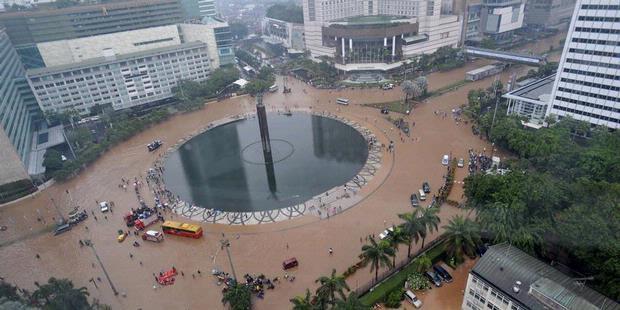 1101093-set-kawasan-bundaran-hotel-indonesia-dan-jalan-mh-thamrin-jakarta-terendam-banjir-620X310